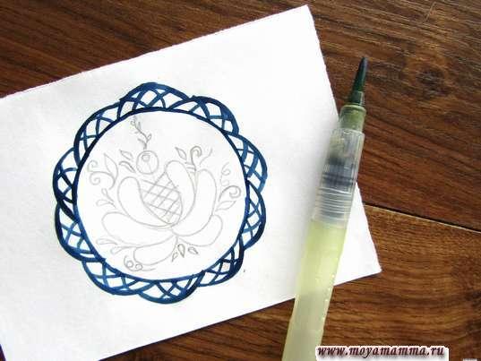 Контур тарелки и мелкие детали на бортиках темно-синей гуашью