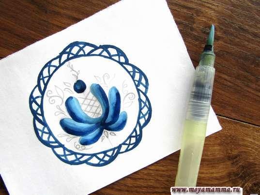 Раскрашивание лепестков темно-синей гуашью