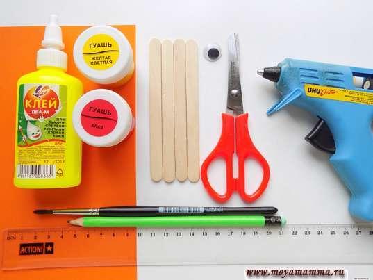 Цветная бумага, деревянные палочки, краски, глазик и другие материалы для изготовления рыбки