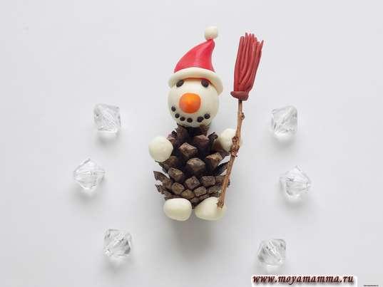 Снеговик из шишки