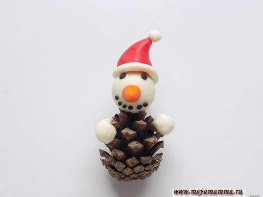 Снеговик из шишки. Изготовление рук снеговика