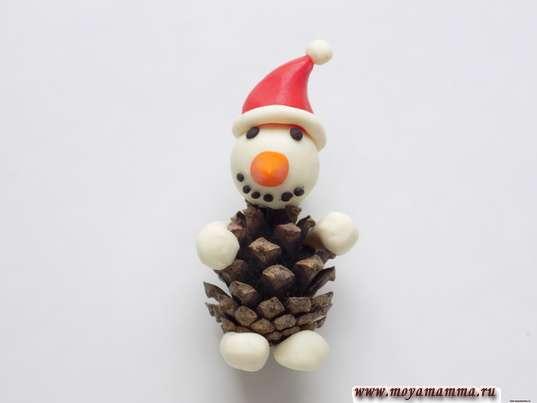 Снеговик из шишки. Изготовление ног снеговика