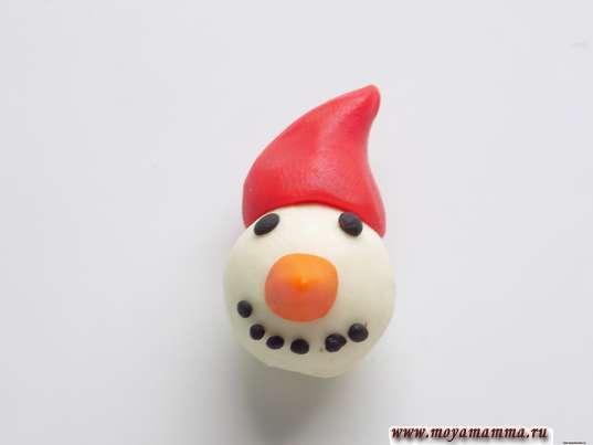 Колпачок снеговика из красного пластилина
