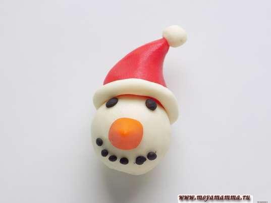 Снеговик из шишки. Окантовка и помпон из белого пластилина