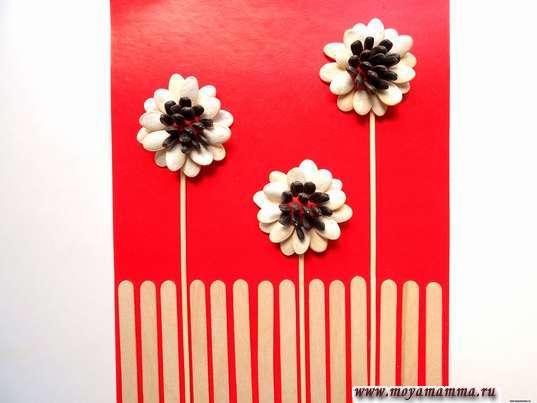Цветы из природных материалов. Приклеивание деревянных палочек