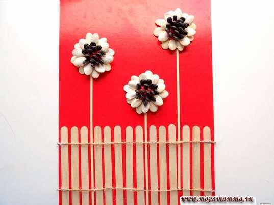 Цветы из природных материалов. Оформление ограды бечевкой