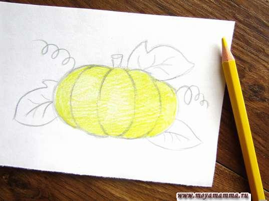 Закрашивание желтым карандашом тыквы