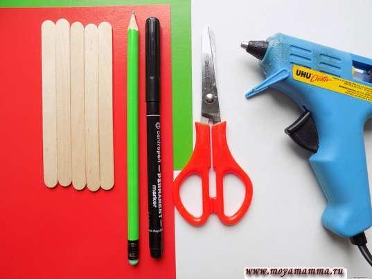 Деревянные палочки, цветная бумага, фломастер черный, карандаш, ножницы, термопистолет