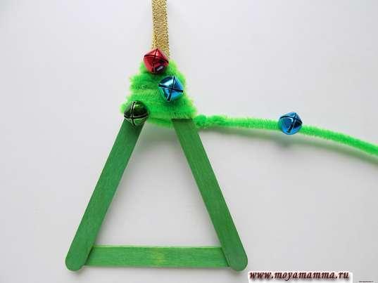 Елочная игрушка из палочек. Добавление другой синельной проволоки