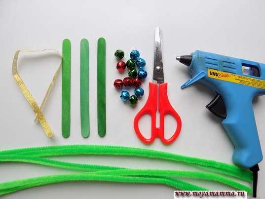 Палочки от мороженого, синельная проволока, ножницы, термопистолет и другие материалы