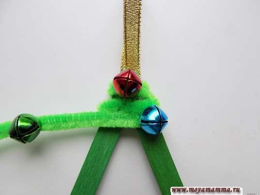 Елочная игрушка из палочек. Накручивание синельной проволоки