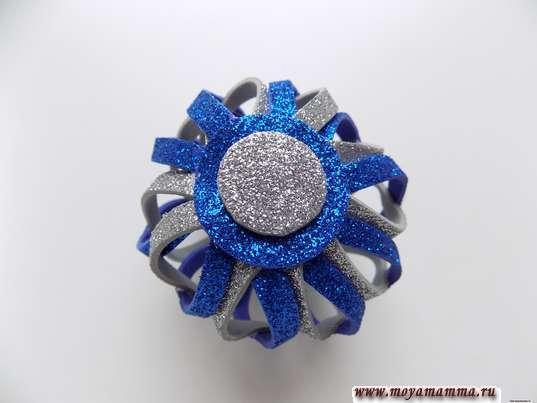 Елочная игрушка своими руками. Украшение кружочком из серебристого фоамирана