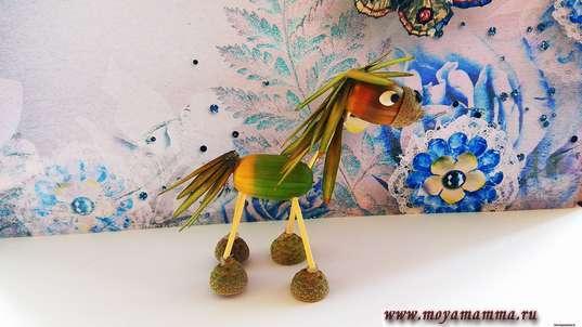 Лошадь из природных материалов