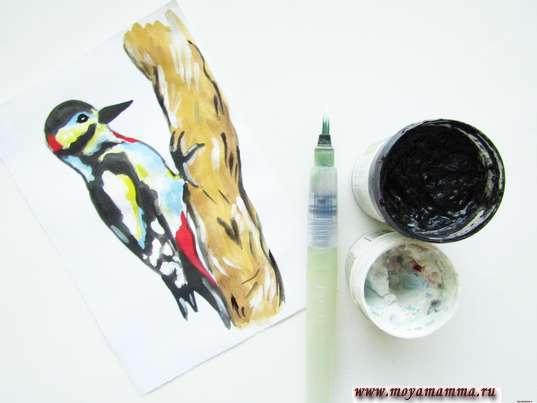 Завершение рисования птички белой и черной гуашью.
