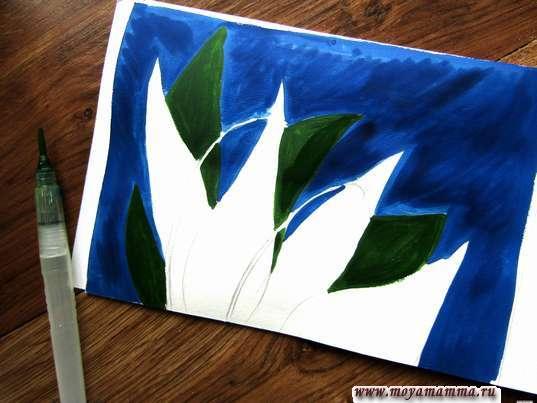 Закрашивание листьев темно-зеленой гуашью