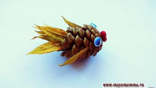 Рыбка из шишки и рябиновых листиков