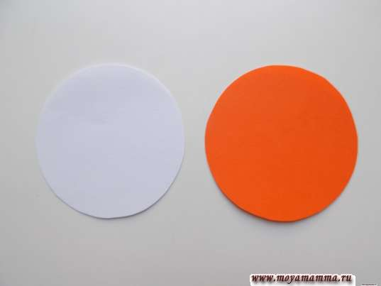 пара окружностей диаметром 8 см из бумаги оранжевого и белого цвета