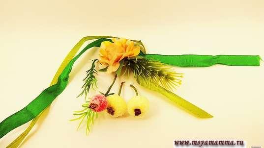 Для дополнительного декора атласные ленточки, хвою, цветы, ягодки