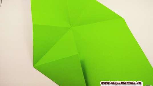 Конверт оригами. Переверните лист так, чтобы гармошка осталось за плоскостью детали в верхнем правом углу. Внизу подогните вверх нижний левый угол.