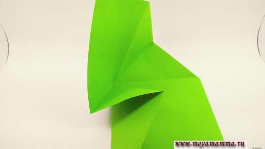 Конверт оригами. Начинайте подгибать по центру бумагу, втягивая ее вовнутрь и формируя тело конвертика.