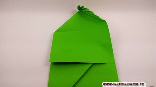 Конверт оригами. Опустите таким образом верхнюю часть, наслаивая ее на вдавленный вовнутрь угол, и вверху у вас сформируется листик.