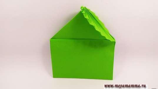 Конверт оригами. Нижнюю часть поднимите вверх, выделяя прямоугольную часть конверта.