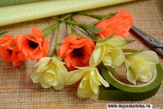 Цветочки из светлой бумаги