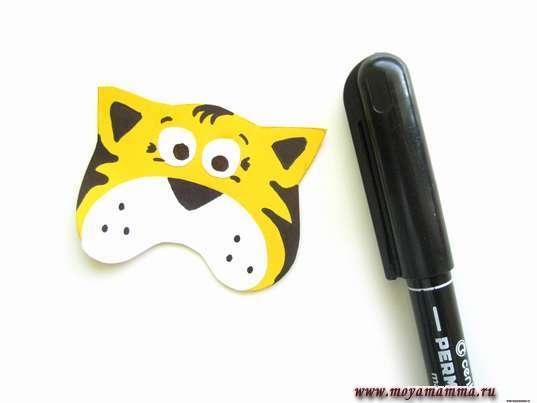 Тигр из цветной бумаги. Серединки ушей, брови, мелкие детали возле глаз и полоски по обеим сторонам