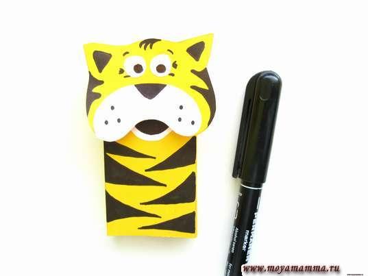 Тигр из цветной бумаги. Черные полоски на туловище тигра