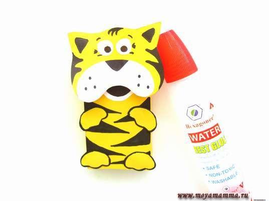 Тигр из цветной бумаги. Приклеивание лапок