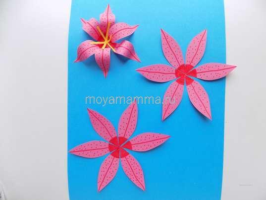 Аппликация лилии из бумаги. Добавление цветочков