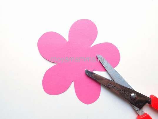 Розовый цветочек для яблони