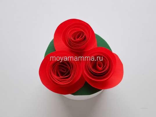 Букет цветов из цветной бумаги. Приклеивание цветочков на зеленый круг