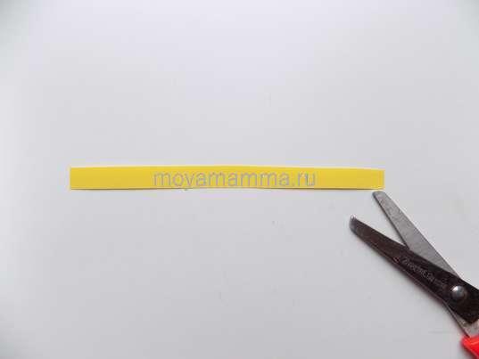 Узкая полоска из желтой бумаги.