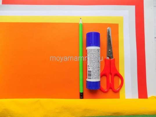 Гофрированная бумага, цветная бумага, клей, ножницы и другие материалы