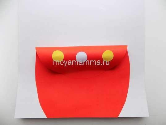 Украшение небольшими кружочками, вырезанными из цветной бумаги.