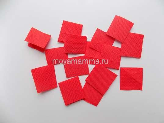 Небольшие квадратики из красной салфетки