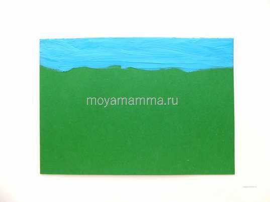 Полоска голубого неба на фоне из картона