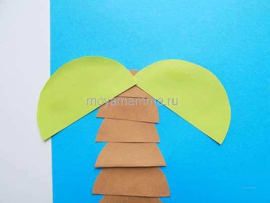 Аппликация Кораблик из геометрических фигур. Начало приклеивания кроны пальмы