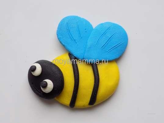 Аппликация лесная полянка. Крылышки для пчелки из голубого пластилина.