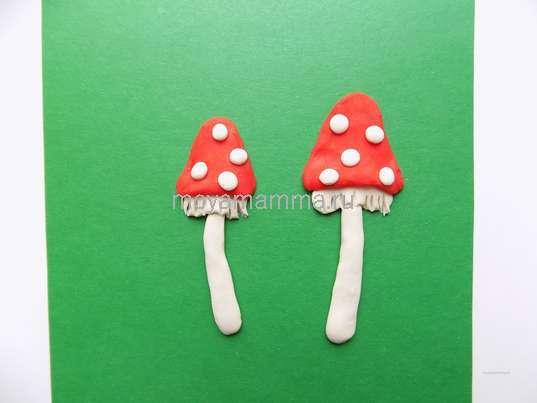 Аппликация лесная полянка. Точечки на шляпках из маленьких шариков белого пластилина.