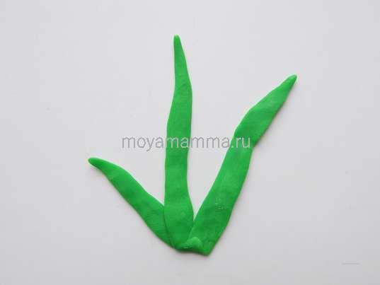 Листочки из зеленого пластилина.