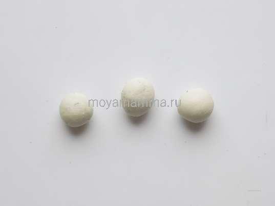 3 шарика белого пластилина