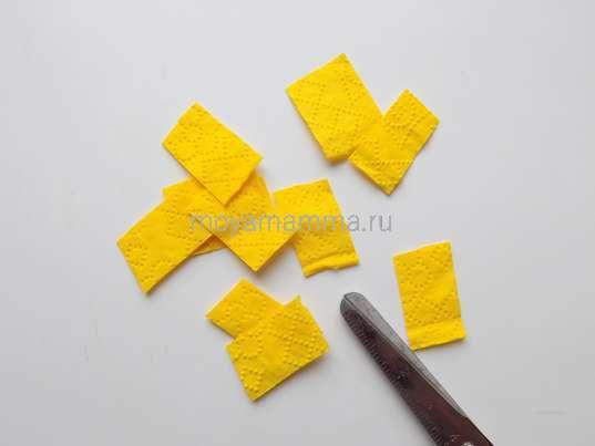 Кусочки из желтой салфетки
