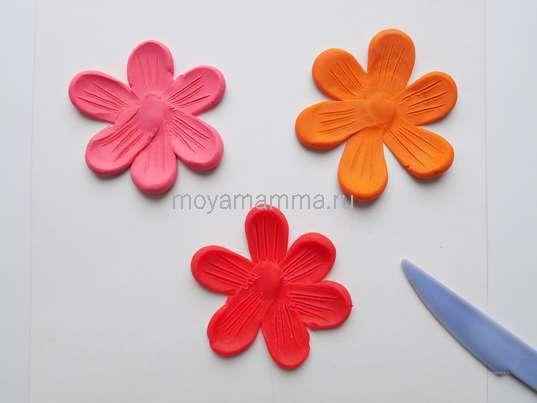 Аппликация Цветы из пластилина. Тонкие линии на лепестках