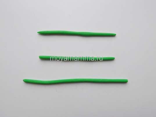 3 тонких жгутика из зеленого пластилина.