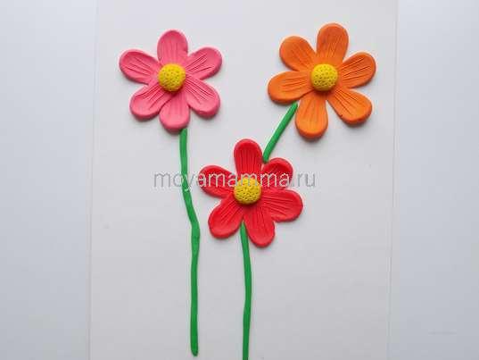 Аппликация Цветы из пластилина. Добавление стебельков к цветочкам
