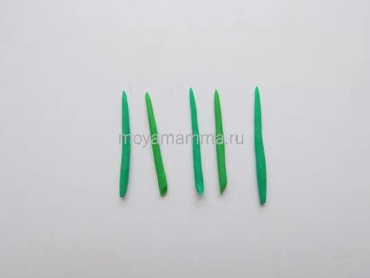 тонкие жгутики из зеленого пластилина