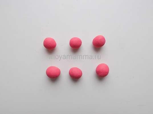 Аппликация Цветы из пластилина. 6 небольших шариков из розового пластилина.
