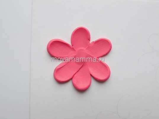 розовый цветочек из пластилина